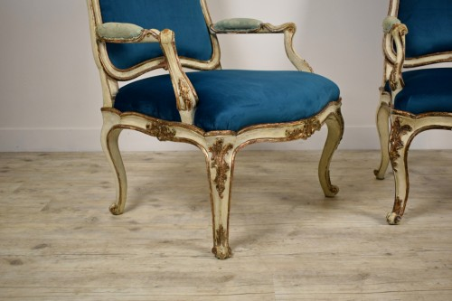 Antiquités - 18th Century, Pair of Italian Lacquered Silver Carved Wood Armchairs