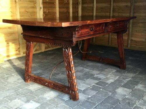 grande table bureau de voyage en noyer espagne millieu du xviie si cle. Black Bedroom Furniture Sets. Home Design Ideas