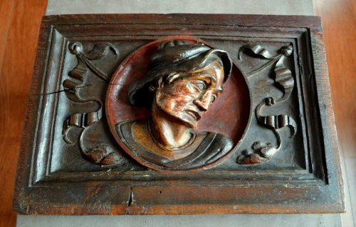 Carved oak panel showing a man's head,late 16th century. - Sculpture Style