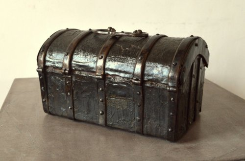 Gothic leather casket.France 15th century. - Curiosities Style Middle age