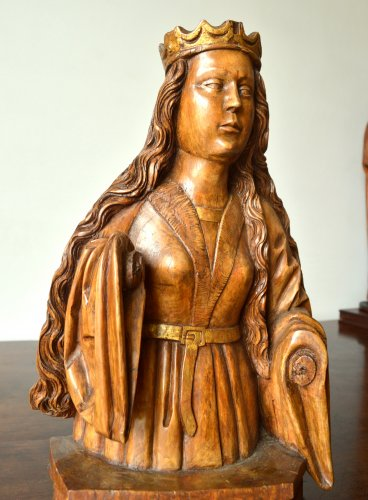 Antiquités - A wood carved female bust. circa 1500