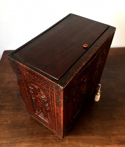 Antiquités - Casket in cedar wood with pyrography Italy. c1580