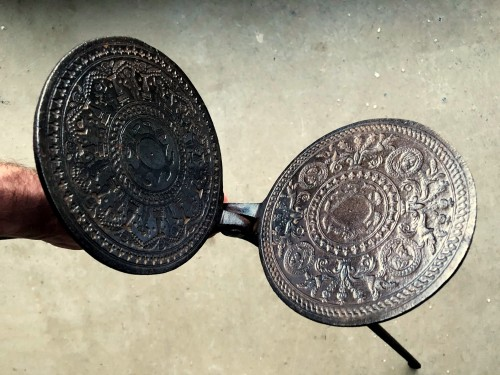 Renaissance waffle iron.Circa 1580. - Curiosities Style Renaissance