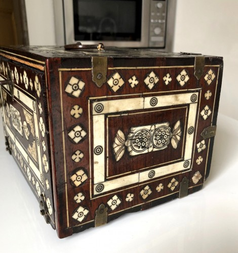A small indo-portugese cabinet. Late 17th century - Furniture Style