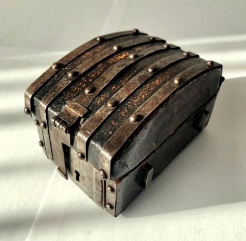 A miniature leather casket Circa 1500 - Curiosities Style Middle age