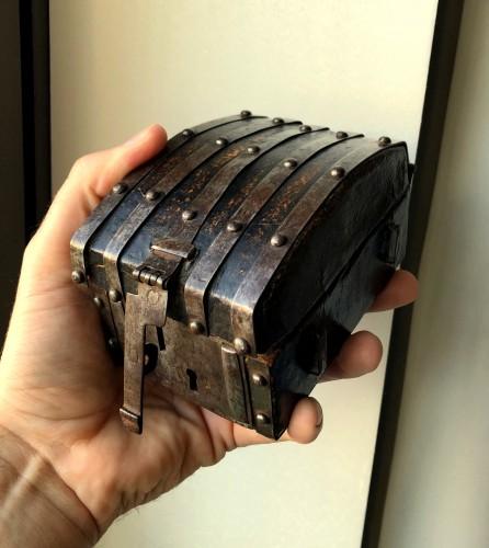 A miniature leather casket Circa 1500 - Middle age