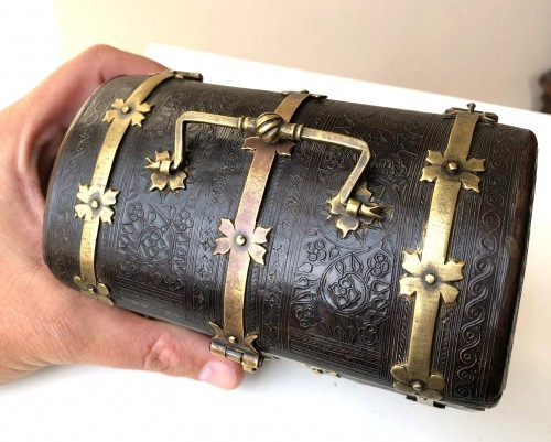 A small leather casket with copper mounts.France.Circa 1500. - Curiosities Style Middle age