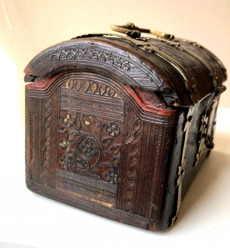 Antiquités - A small leather casket with copper mounts.France.Circa 1500.