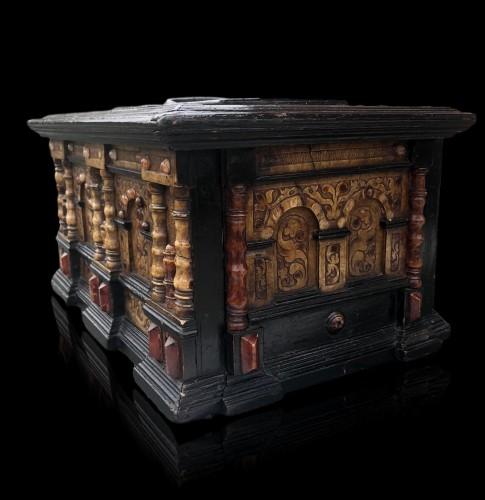 17th century - A renaissance alabaster and wood casket.Circa 1600