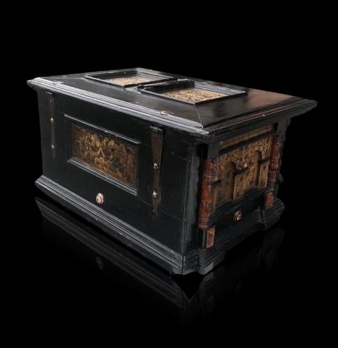 A renaissance alabaster and wood casket.Circa 1600 - Renaissance