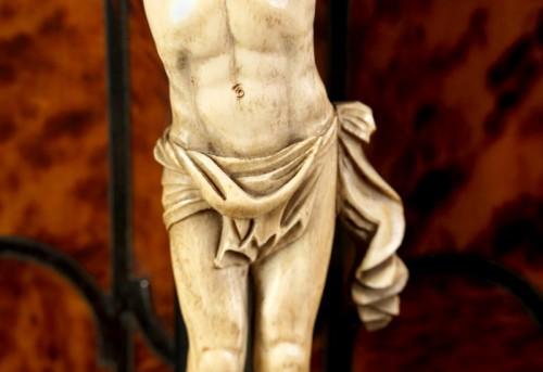 17th century - Ivory Christ within tortoiseshell veneered tabernacle, late XVIi century