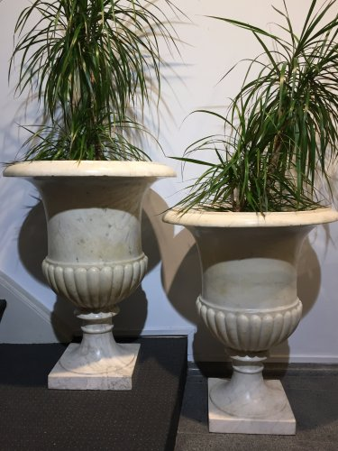 "Pair of large ""Medicis"" vases in Carrara marble. - Decorative Objects Style"