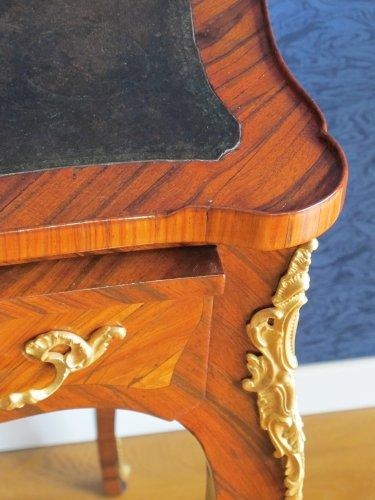 A Napoleon III period (1848 - 1870) desk in Louis XV style. - Furniture Style Napoléon III