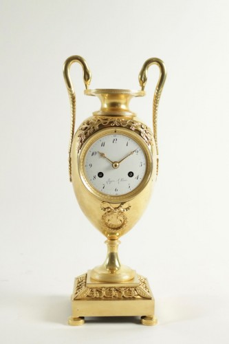 Antiquités - A 1st Empire clock in the shape of a vase