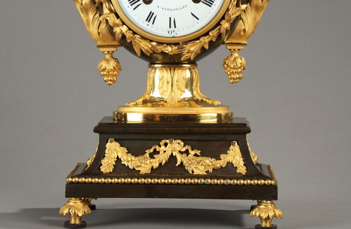 Pendule vase louis xvi thiabaud horloger du garde for Prix garde meuble bruxelles