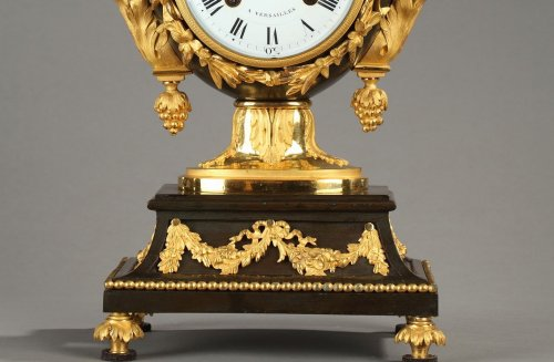 18th century - Fine Louis XVI Vase-Shaped Mantle Clock