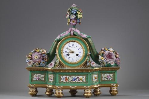 Romantic clock in painted and gilded porcelain signed Raingo in Paris