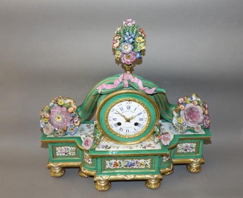 Romantic clock in painted and gilded porcelain signed Raingo in Paris -