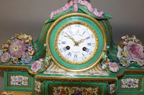 19th century - Romantic clock in painted and gilded porcelain signed Raingo in Paris