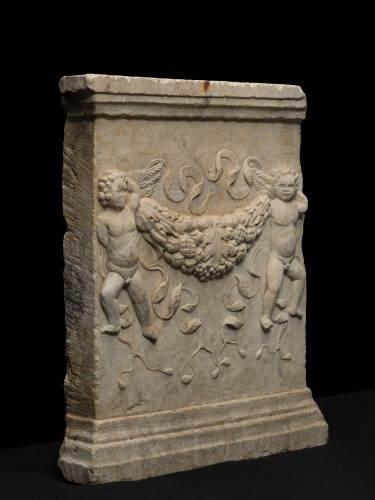 Marble Relief with Putti holding garlands, Northern Italy, 16th Century - Sculpture Style