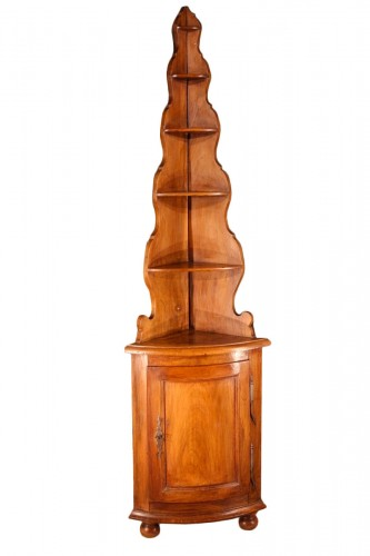 Early 19th C little Alsatian corner cupboard. In walnut wood.