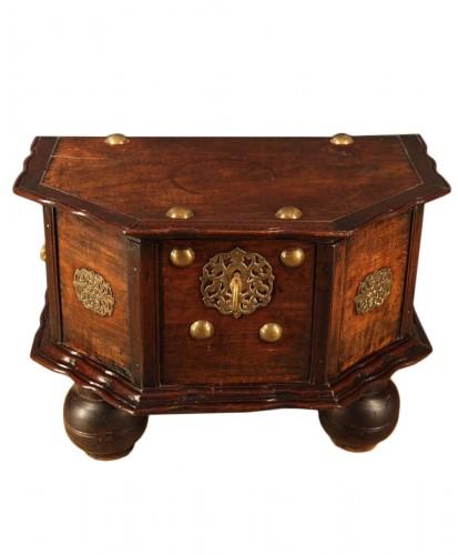 18th C travel chest in mahogany wood. Hispano-Flemish work.