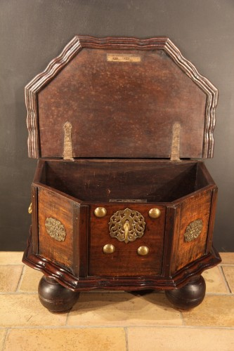 18th C travel chest in mahogany wood. Hispano-Flemish work. - Furniture Style