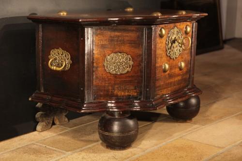 18th century - 18th C travel chest in mahogany wood. Hispano-Flemish work.