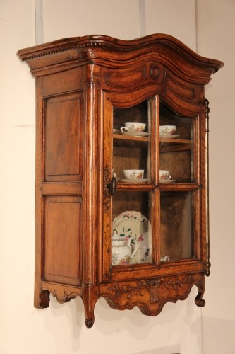 Verriau. 18thC wall-hanging showcase. Walnut wood. Typically from Provence. - Furniture Style Louis XV
