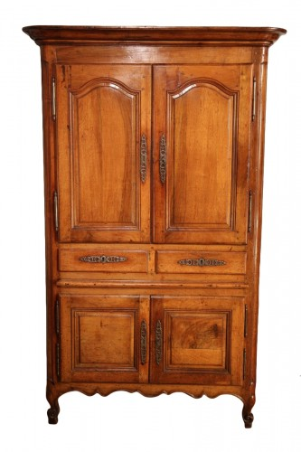 Small cabinet comprising 4 doors and 2 drawers, in blond walnut wood.