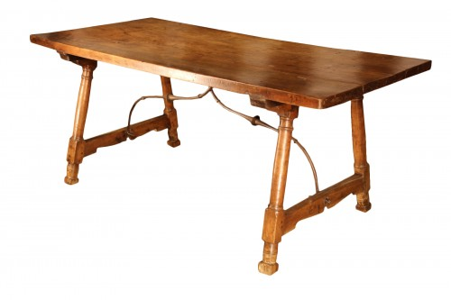 Early 18th C Genovese table. In walnut wood