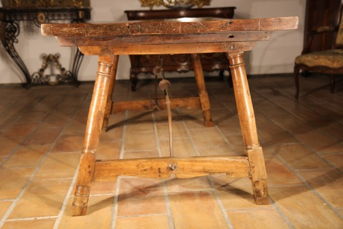 Early 18th C Genovese table. In walnut wood -