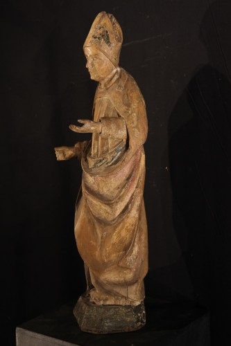 16thC statue. Saint bishop in lime wood with traces of polychromy. -