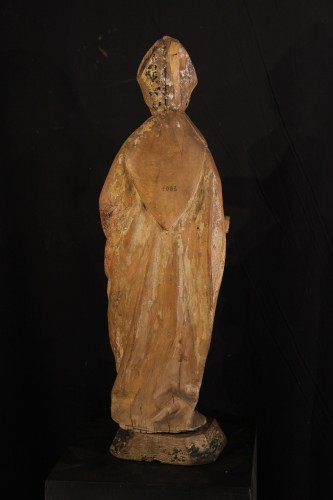 <= 16th century - 16thC statue. Saint bishop in lime wood with traces of polychromy.