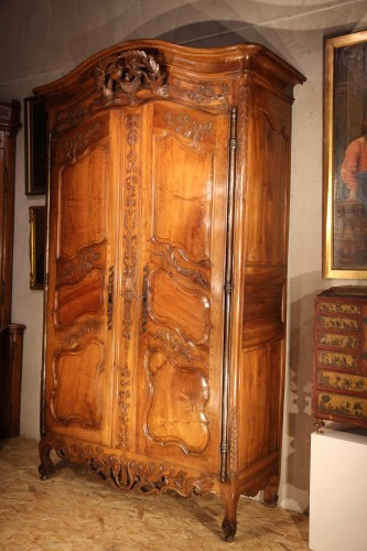 """18th C sizeable """"armoire"""" (wardrobe) from Provence. In blond walnut wood. - Furniture Style"""