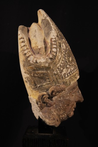 <= 16th century - Early 16th C bishop's head in limestone . From Southern France (Languedoc).