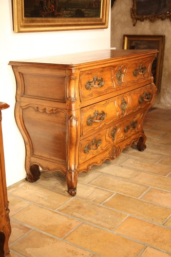 18th century - 18th C Louis XV Commode. In blond walnut wood. From Languedoc.