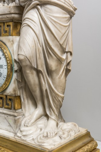 Louis XVI - A Carrara marble clock on a gilded bronze base