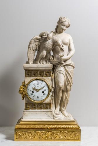 Antiquités - A Carrara marble clock on a gilded bronze base