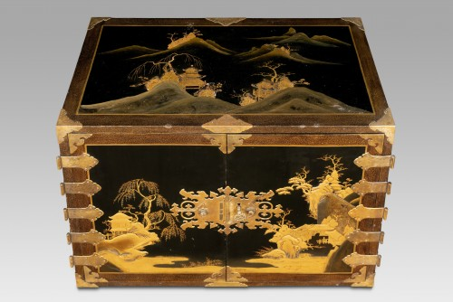 Rectangular cabinet in Japanese lacquer, decorated with pagodas -