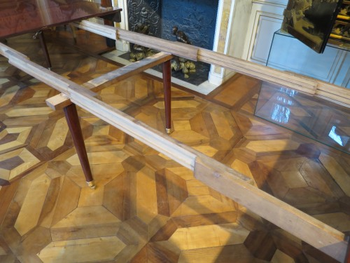 Mahogany dining table from Directoire period, with four mahogany leaves -