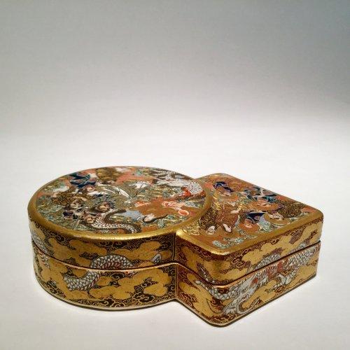 Japan, Satsuma, Meiji period Kogo  ( box) by Shozan - Asian Art & Antiques Style