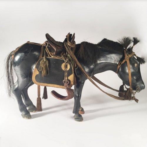 Antiquités - Japan, 19th c black lacquer horse doll, Kazari-uma ningyo.