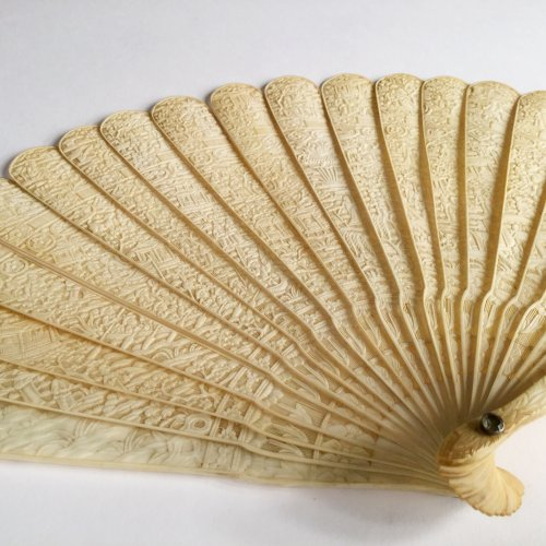 Objects of Vertu  - China, Unusual Chinese export ivory fan circa 1800-1820