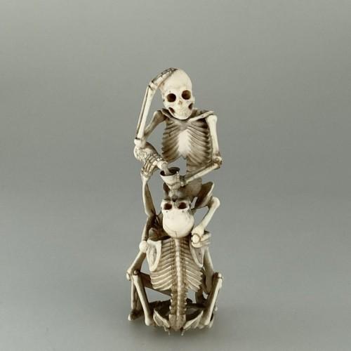 Asian Art & Antiques  - Okimono, two skeletons drinking sake, Japan 19th