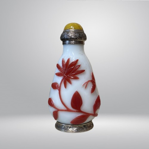 China, 19th c Peking glass Snuff bottle with a silver mount from Maquet - Asian Art & Antiques Style