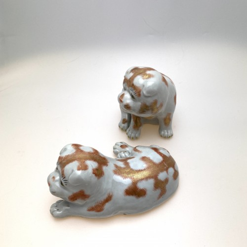 Asian Works of Art  - Japan, two small dogs, Kutani porcelain, 19th century
