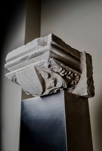 Stone capital with a central coat of arms - France, 14th century - Sculpture Style Middle age