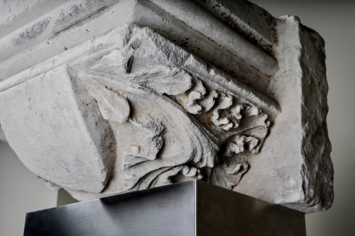 Sculpture  - Stone capital with a central coat of arms - France, 14th century