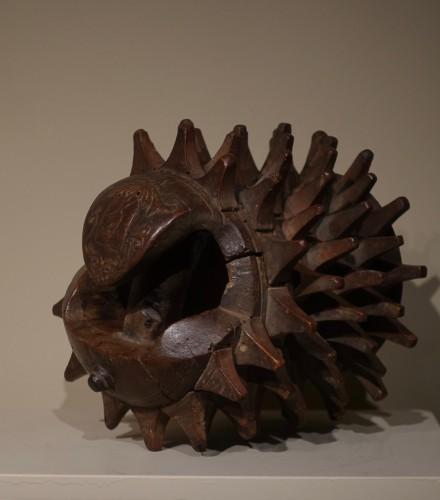 """Carved Walnut """"Braccia"""" for """"Pallone col bracciale""""- Rome, 17th century -"""